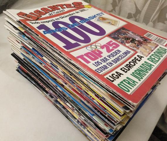 Lote de 65 revistas Gigantes Del Basket ()