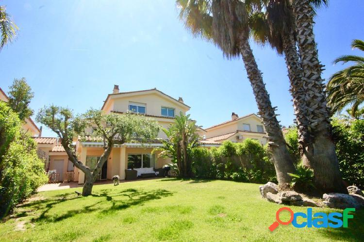 Preciosa casa pareada de 220m2 con gran jardín privado y