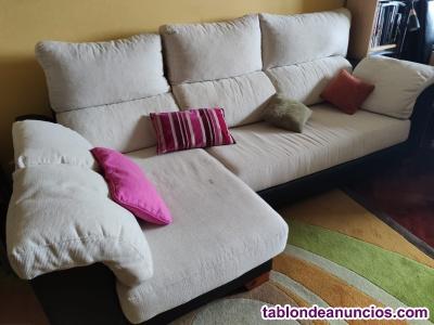 Sofa con chaiselongue en la izquierda.
