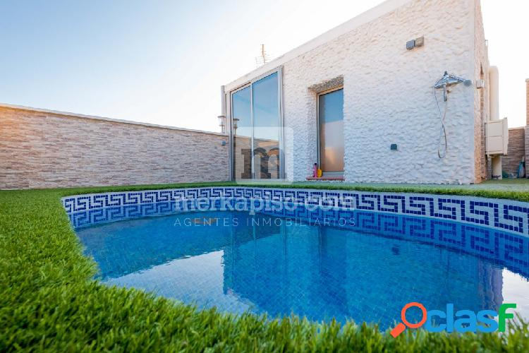 Casa Seminueva con piscina.