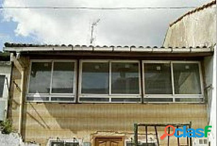 Casa adosada de 3 habitaciones y 1 baño.