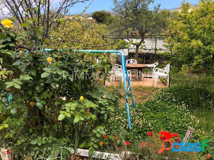 Finca con casa rodeada de jardines y vistas maravillosas -