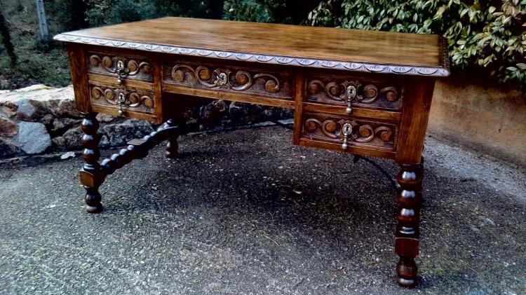Mesa en madera tallada de nogal estilo Español