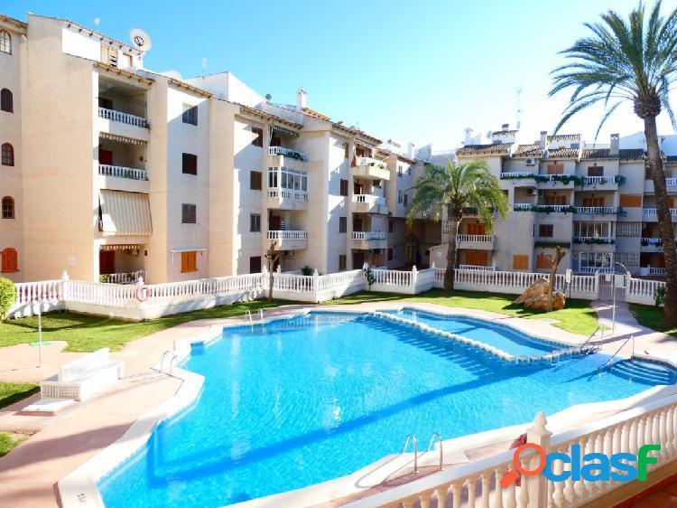Se vende piso con vistas a la piscina en Torrevieja