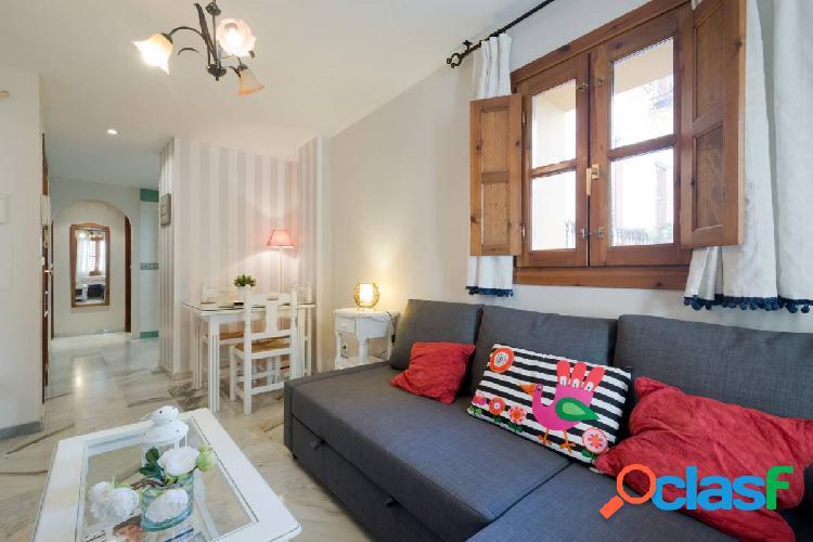 Situado en Calle Elvira (Albaicin Bajo zona). 2 dormitorios.