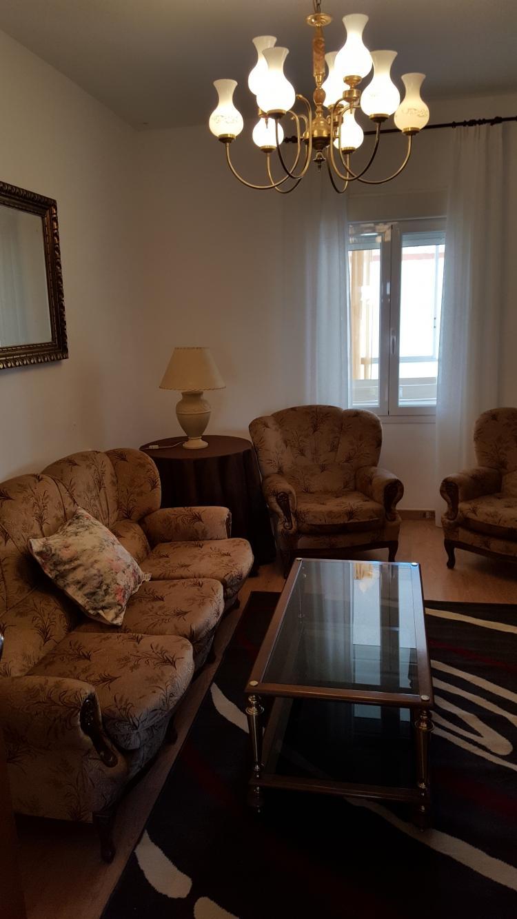 Tresillo, dos sillones, mesa centro y alfombra.