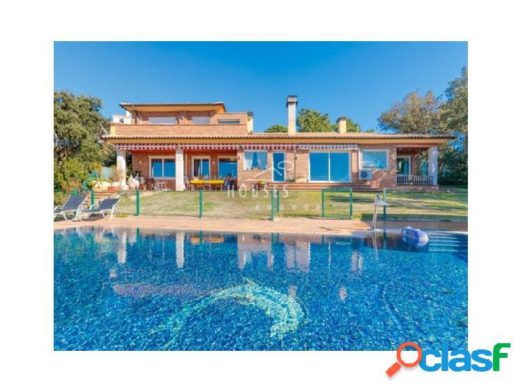 Villa con vistas panorámicas al mar, piscina y garaje.