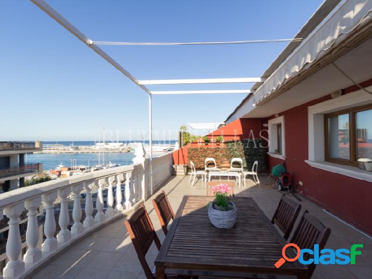 Ático de 4 habitaciones con vistas al mar en alquiler en