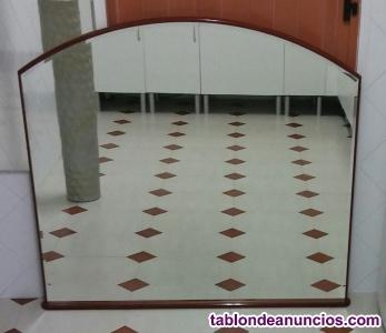 Gran espejo curvo, biselado, sobre madera.