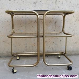 Mesa auxiliar dorada con ruedas