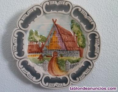 Plato de cerámica de 26 cm. Con relieves