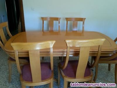 Mesa de madera extensible y seis sillas.