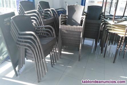 Se vende mobiliario y maquinaria de caféteria y cocina.