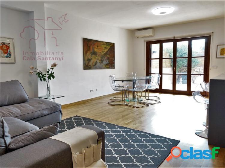 Adosado moderno de 2 plantas con 3 habitaciones y patio en