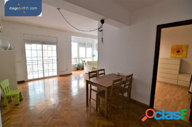 Amplio piso tres habitaciones con muebles