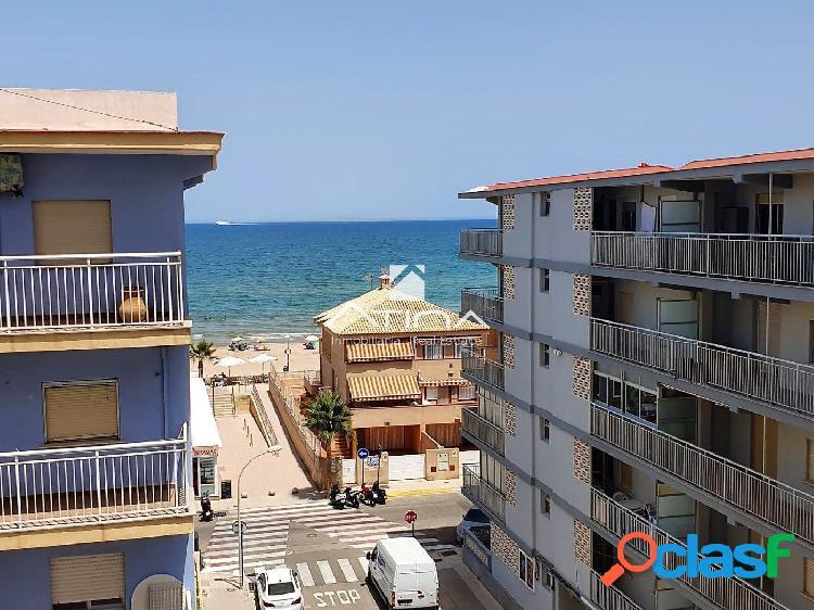 Apartamento con vistas al mar situado en 3ª linea playa