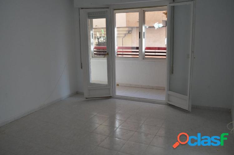 Apartamento en esquina situado en residencial con piscina.