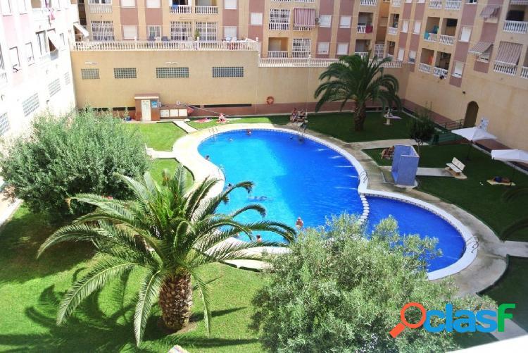 Apartamento situado en residencial con piscina y zonas