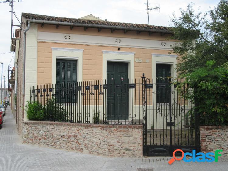 Casa de estilo, con jardín en el centro e la población,