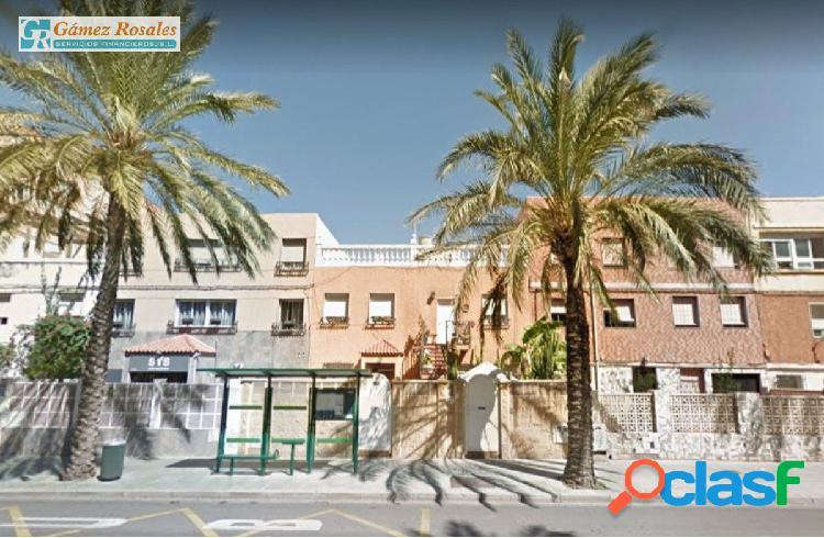 Casa de planta baja con 125m2 en Avenida de Cabo de Gata