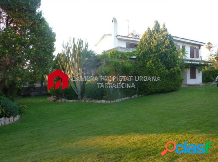 Casa en venta de 240m2 y terreno de 1800m2 en calle