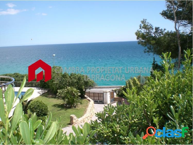 Casa frente al mar con jardín y piscina