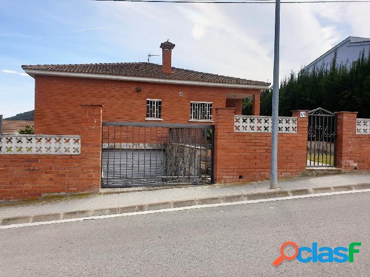 Casa independiente en el Centro de la Urb. Can Roca de 5