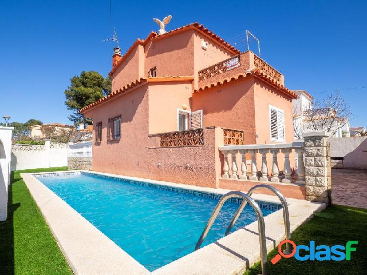 Casa individual con piscina privada situada al lado del mar