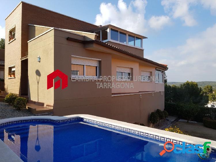 Casa seminueva con piscina y jardin en venta.
