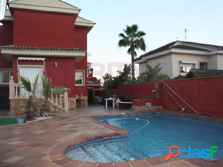 Chalet con piscina cerca del término de La Eliana.