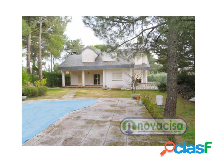 Chalet independiente con piscina privada en Urbanización