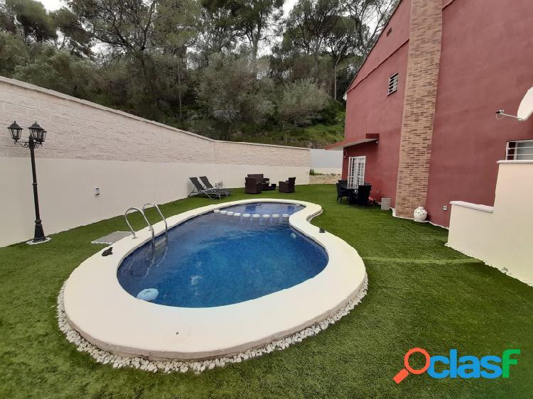 Chalet independiente con piscina propia. Urbanización.