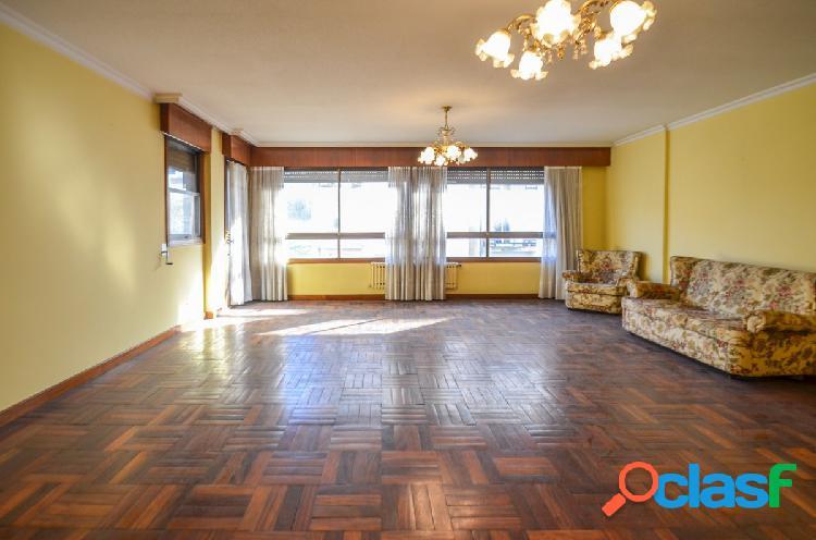 Gran piso de 187 m2 en Camelias esquina con Romil, con dos