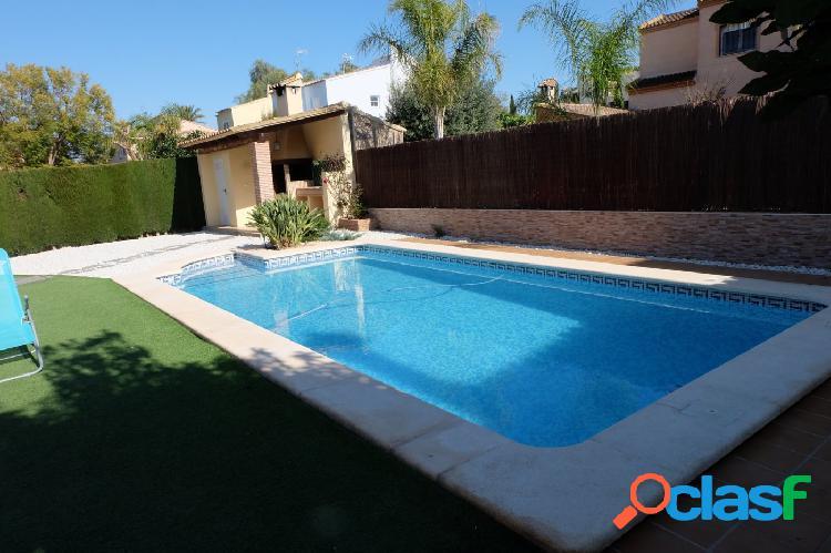 Impresionante chalet independiente con piscina.