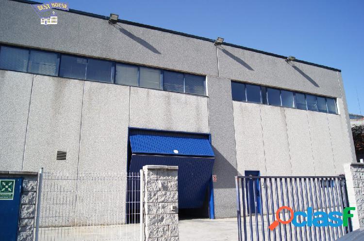 Nave industrial de 1500 m2 en dos plantas con patio en