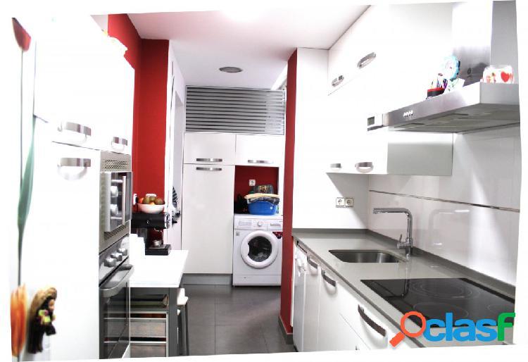 Piso de 3 dormitorios, patio y plaza de garaje en Avda.