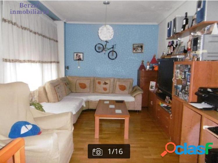 Piso de tres habitaciones, dos baños, salón, cocina y