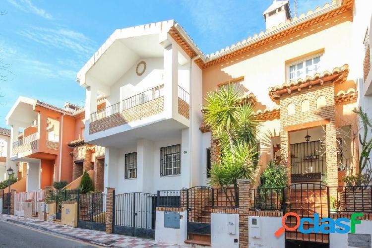 Preciosa vivienda adosada de 4 plantas en la calle Huelva de