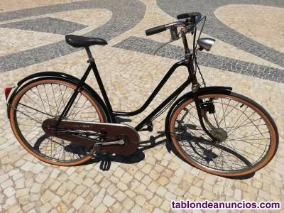 Bicicleta antigua en buen estado.