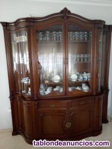 Se venda vitrina, sillas y mesa (madera de nogal)