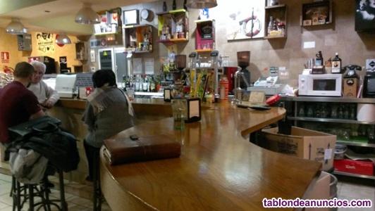 Bar restaurante situado en calle principal. Buena