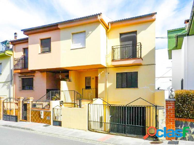 Bonita vivienda adosada con patio y garaje en la parte alta