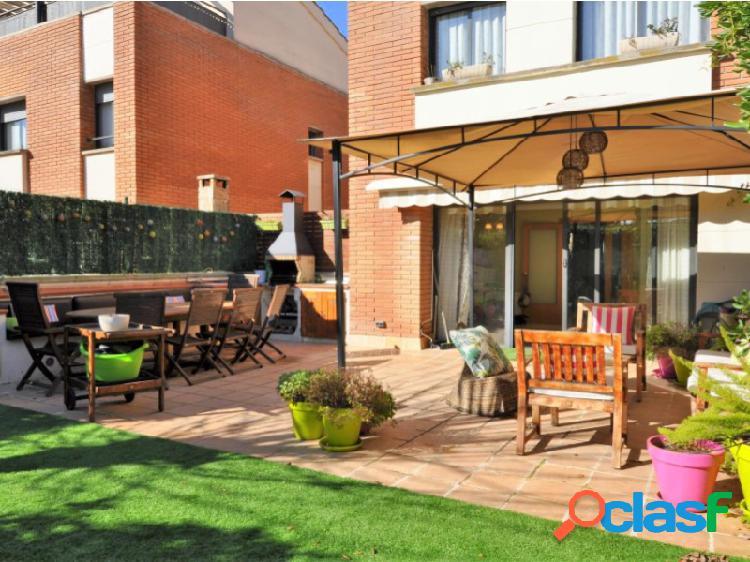 Casa pareada con jardín y piscina, Begues Centro