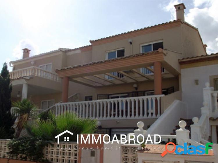 Chalet en venta en Oliva con 4 dormitorios y 2 baños