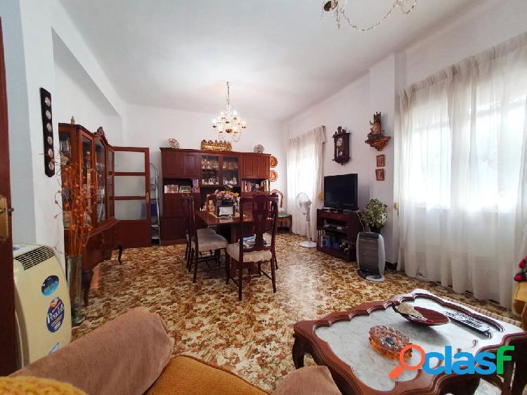 Excelente piso de cuatro dormitorios junto a San Felipe