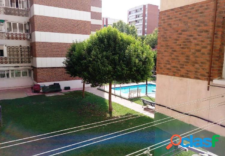 Se alquila piso en Zarzaquemada, con piscina y ascensor.