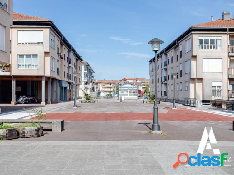 Soleado piso con terraza, garaje y trastero en Zezen Plaza,