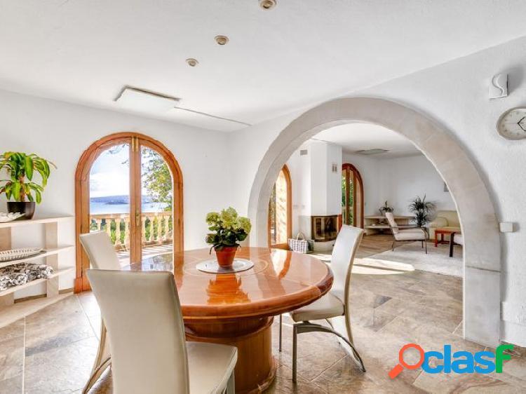 Villa con vista al mar y piscina en venta o alquiler en la