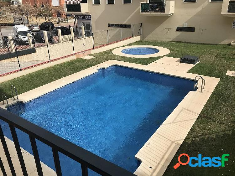 Apartamento de cuatro dormitorios con piscina en Estepona