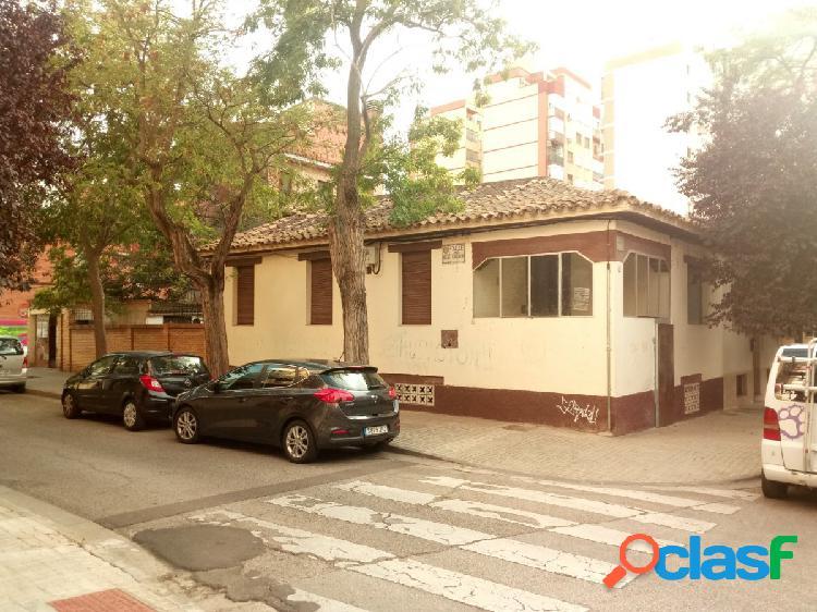 Parcela en Torrero de 171 m2 con fachada a 3 calles y 2